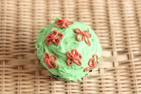 Piped flower cupcakes by Cupcaketeer